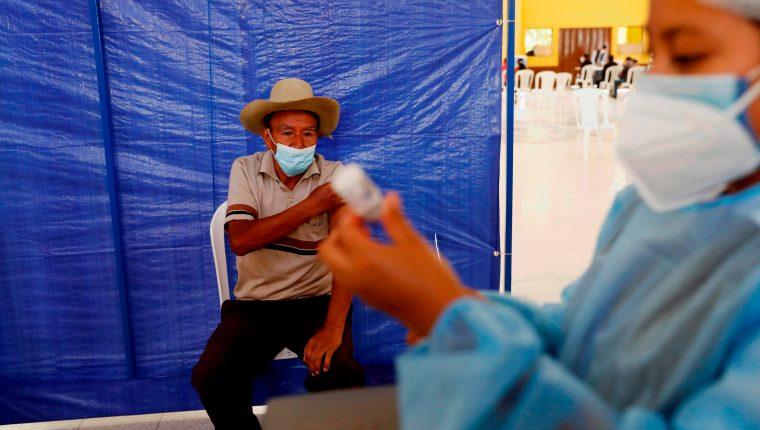Personas son vacunadas con la segunda dosis de la vacuna AstraZeneca, el 15 de julio de 2021 en San Juan Sacatepéquez. (Foto Prensa Libre: EFE)