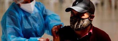 En los últimos días, el aumento de contagios ha dejado cifras cercanas a los 3 mil contagios diarios. (Foto Prensa Libre: EFE)