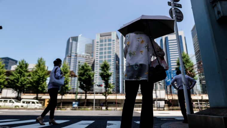 Varias personas caminan este 21 de julio por las calles de Tokio, Japón. Este país hace los últimos  preparativos de la inauguración este viernes 23 de los Juegos Olímpicos. Foto Prensa Libre. EFE.