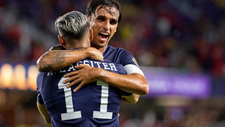 Bryan Ruiz (d) de Costa Rica celebra el  gol del triunfo contra Jamaica, en el partido de la Copa Oro. (Foto Prensa Libre: EFE).