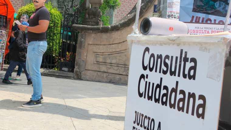 """Ciudadanos con máscaras de expresidentes promueven el voto por el """"Sí"""" a los transeúntes en calles de la Ciudad de México.  (Foto Prensa Libre: Efe)"""