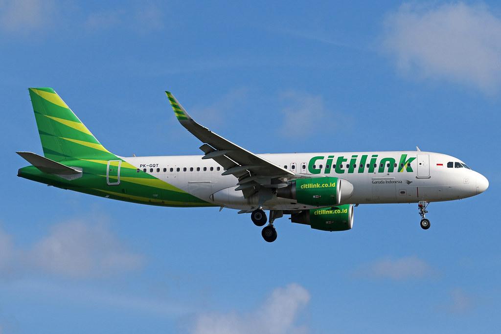 Hombre contagiado con covid-19 se disfraza de mujer para abordar avión en Indonesia