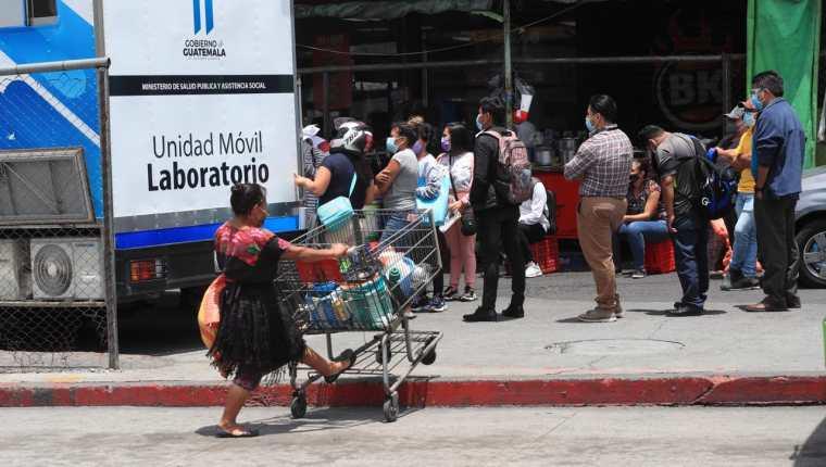 La positividad aumenta en la población capitalina, especialmente entre los jóvenes, dice experto. (Foto Prensa Libre: Élmer Vargas)