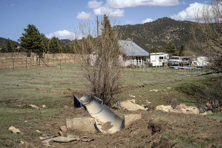 Acequias secas en la propiedad de Harold Trujillo en Ledoux, Nuevo México, el 27 de abril de 2021. (Foto Prensa Libre: Ramsay de Give/The New York Times).