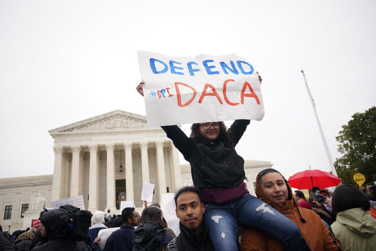 """Juez de Texas falla contra beneficio migratorio DACA y prohíbe más permisos para """"dreamers"""""""