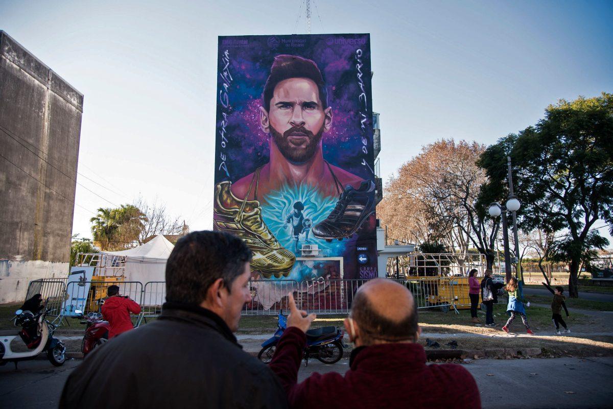 El mural de Lionel Messi frente a la escuela en su barrio en Rosario, Argentina