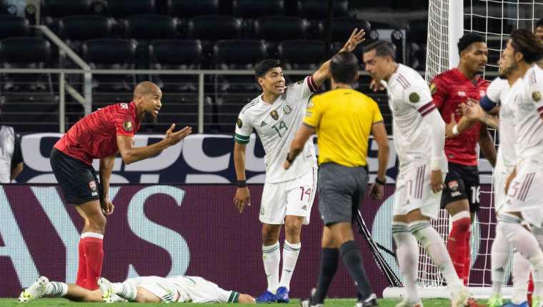 Los mexicanos, Rogelio Funes Mori y Erick Gutierrez, señalan al árbitro la lesión de Hirving Lozano. (Foto Prensa Libre: AFP)