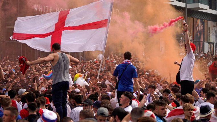 Fans de Inglaterra afuera del estadio de la final, Wembley en completa algarabía. (Foto Prensa Libre: AFP)