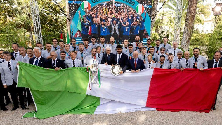 Los integrantes de la Selección de Italia, campeones de Europa, recibirán un premio de 250 mil euros. Este lunes 12 de julio los recibieron diversas autoridades italianas. Foto Prensa Libre: AFP.