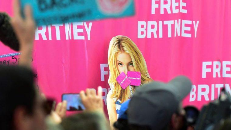 La tutela del padre de la cantante Britney Spears ha abierto un debate sobre las leyes. Manifestación a favor de la cantante de pop.  (Foto Prensa Libre: AFP)
