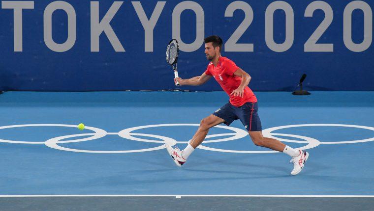 El serbio Novak Djokovic durante un práctica en el Ariake Tennis Park antes de su participación en los Juegos Olímpicos de Tokio 2020. Foto Prensa Libre: AFP.