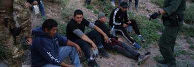 Agentes de la Patrulla Fronteriza arrestan a un grupo de migrantes en un área semi desértica de Nuevo México. (Foto Prensa Libre: AFP)