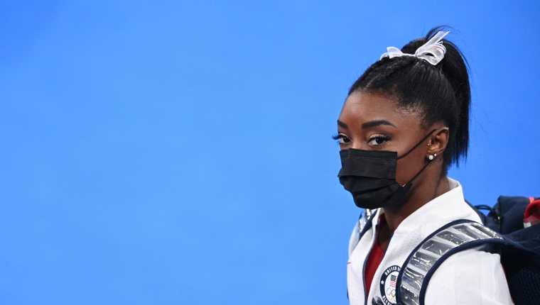 Simone Biles, gimnasta estadounidense que no pudo concluir una de las competencias y aseguró que se tiene que concentrar más en su salud mental. (Foto Prensa Libre: AFP)