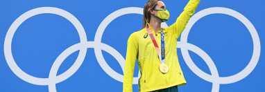 Emma McKeon posa con una de sus medallas obtenidas. (AFP)