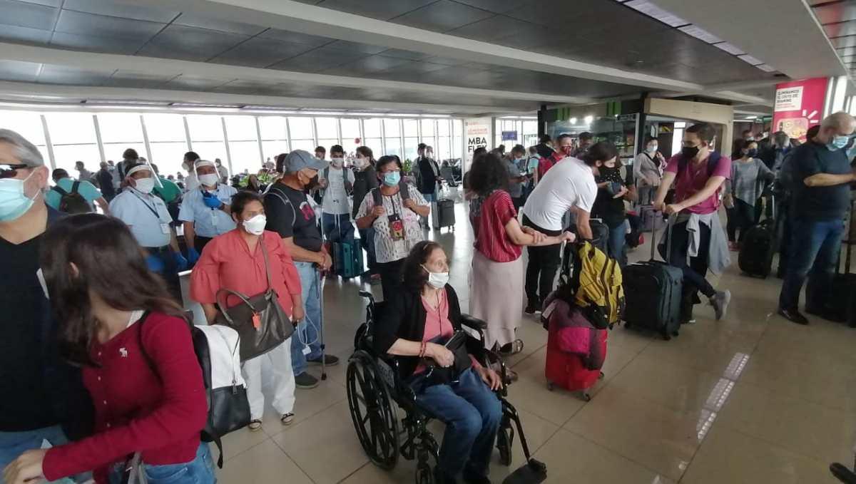 Deficiente vacunación impulsa las salidas por vía aérea, mientras que vuelos se reactivan en forma paulatina