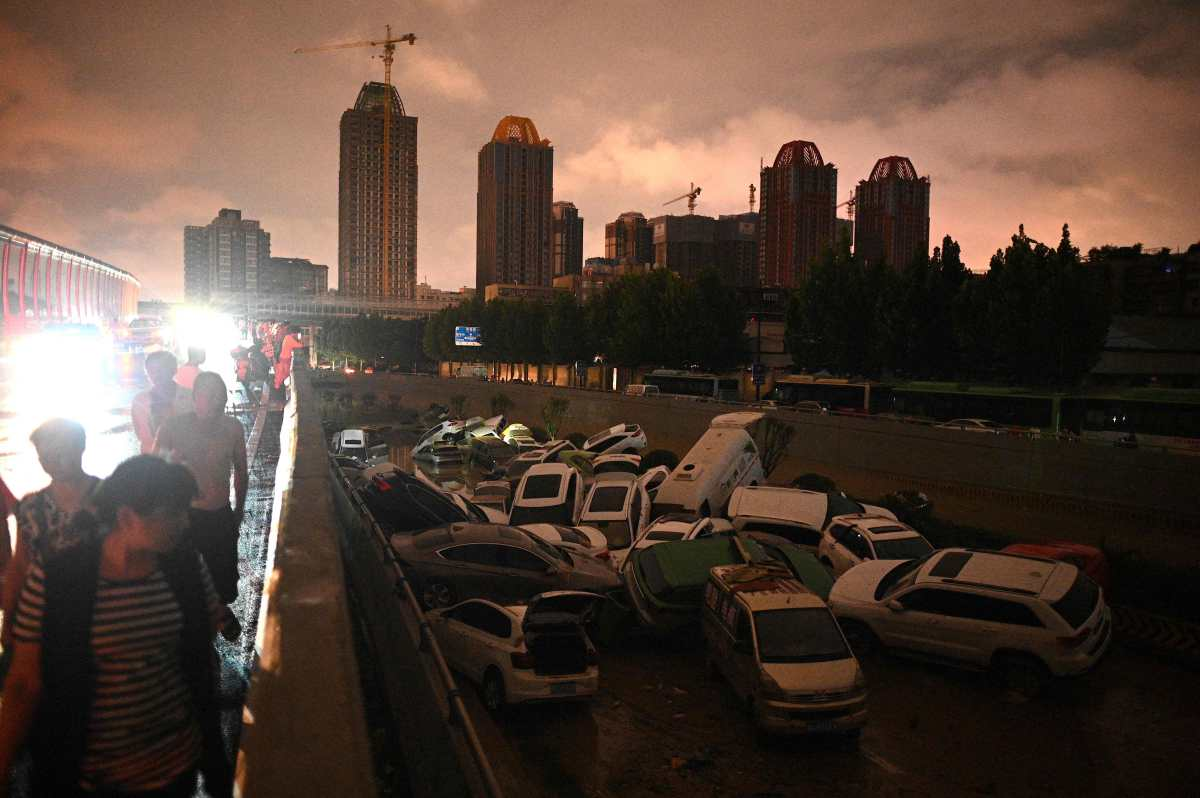 Como una película de terror: las impresionantes imágenes del metro inundado en China donde 25 personas murieron