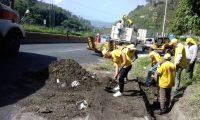 Personal de empresas contratadas por Covial limpian un derrumbe en la ruta al Pacífico. (Foto: CIV)