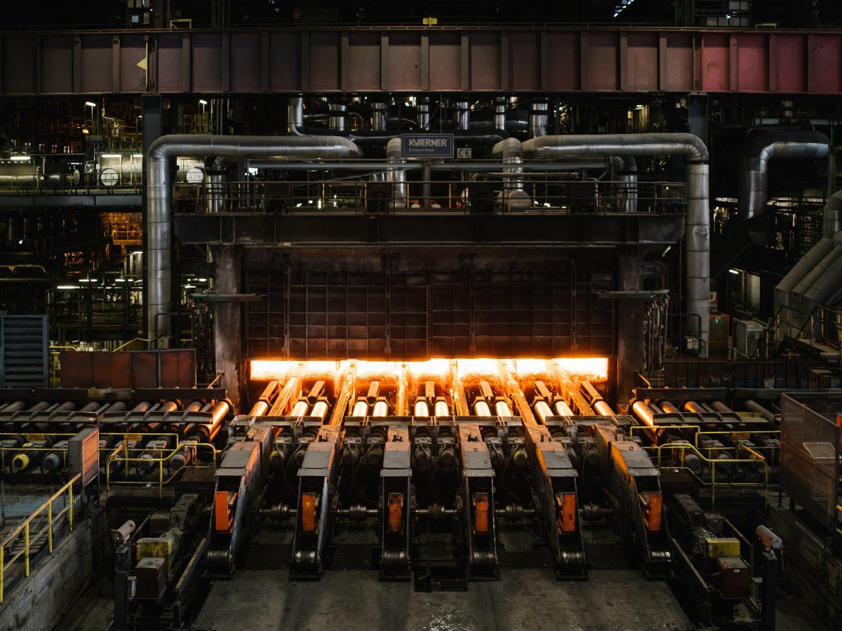 La planta siderúrgica de ArcelorMittal en Zelzate, Bélgica produce hojas de acero el 5 de marzo de 2021. Esta planta experimenta con el uso de hidrógeno en lugar de combustibles fósiles en sus hornos. (Kevin Faingnaert/The New York Times)
