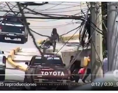 Video: Motorista sufre aparatoso accidente y sale caminando de la alcantarilla en la que cayó