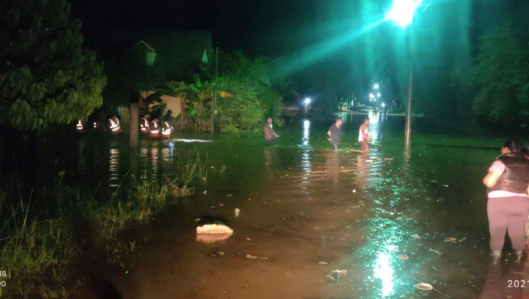 La madrugada de este jueves 22 de julio, vecinos del barrio El Centro, San Fernando Chahal, Alta Verapaz, fueron sorprendidos por una inundación. (Foto Prensa Libre: Conred)