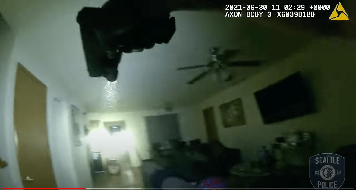 Video: el momento exacto en el que la policía de Seattle irrumpe en una vivienda para redada antidrogas