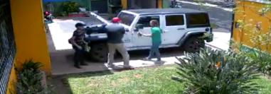 El ladrón ingresó a la entrada de la tienda y cargó su arma antes de quitarle las llaves del vehículo a la dueña. (Foto Prensa Libre: Cortesía)
