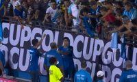Gerardo Gordillo (20) saca una foto a Moisés Hernández junto a los aficionados guatemaltecos presentes en el Toyota Stadium de Frisco, Texas (Foto Prensa Libre: Concacaf Twitter)