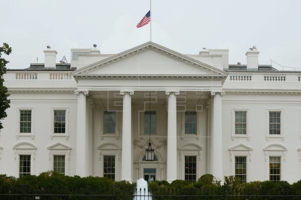 Dos asesores vacunados de Biden y de Pelosi dan positivo a coronavirus en la Casa Blanca