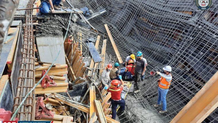 Una fundición en una obra en la zona 13 capitalina colapsó y tres trabajadores resultaron heridos. (Foto Prensa Libre: Bomberos Municipales)