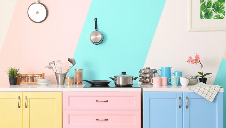 La tonalidad de los colores ayudarán a crear un efecto de armonía y espacio en la cocina. (Foto Prensa Libre: Shutterstock).