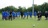 El técnico Rafael Loredo conversa con los jugadores de Selección de Guatemala en el entrenamiento de este viernes en Dallas. (Foto Fedefut).