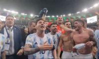 Leo Messi impidió que Rodrigo de Paul se burlara de Brasil en el Marcaná después de haberse coronado en la Copa América. Foto Prensa Libre: Captura de pantalla.