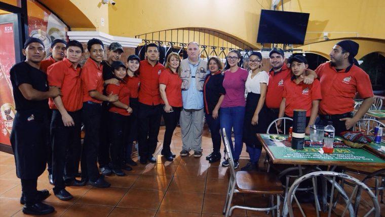 El chef José Andres (centro) y los voluntarios, después de la erupción del Volcán de Fuego, en 2018. (Foto: @Aecid_Guatemala)