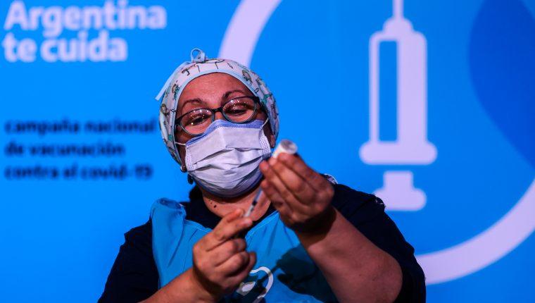 Argentina acelera su proceso de vacunación y exige a Rusia la entrega de la vacuna Sputnik V. (Foto Prensa Libre: EFE)