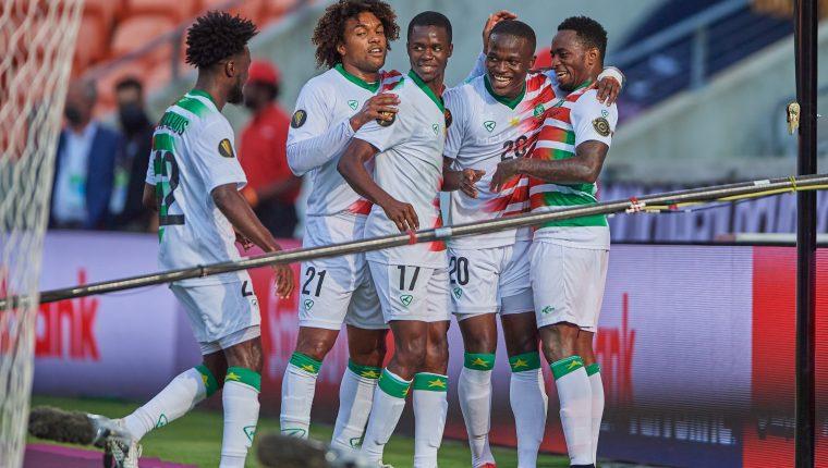 Los jugadores de Surinam celebran uno de los goles frente a Guadalupe. (Foto Copa Oro).