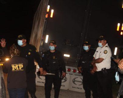 Elementos de la PNC y el MP revisan el interior de los camiones abandonados. (Foto Prensa Libre: Policía Nacional Civil)