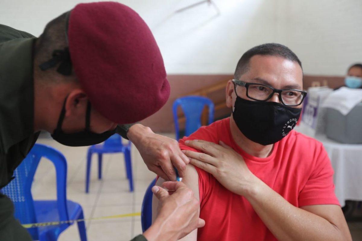 Mayores de 40 años comienzan a ser inmunizados contra el coronavirus en centros de vacunación de la capital