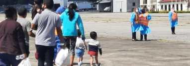Familias guatemalteca son deportadas desde Estados Unidos. (Foto Prensa Libre: Migración)
