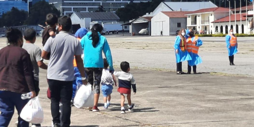 EE. UU. comienza con deportaciones rápidas de unidades familiares de migrantes guatemaltecos