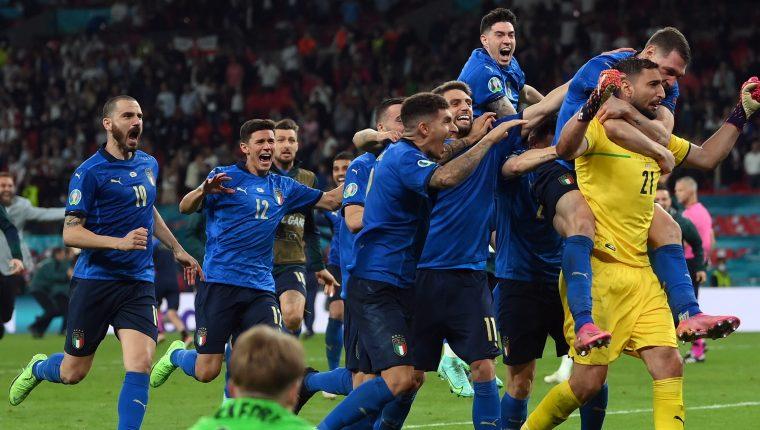 El festejo de los jugadores italianos con su guardameta Donnarumma tras la tanda de penaltis. (Foto Prensa Libre: EFE)