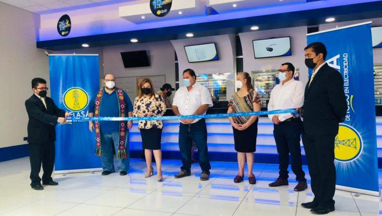 Ejecutivos de Celasa inauguraron la nueva tienda en Gustatoya, El Progreso. Foto Prensa Libre: Cortesía.