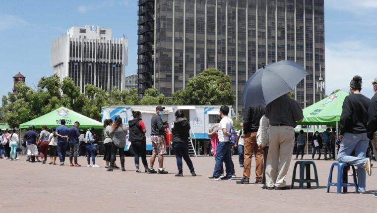 Decenas de guatemaltecos hacen fila en puestos habilitados para hacer pruebas y detectar el coronavirus.  (Foto Prensa Libre: Esbin García)