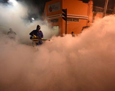 Guatemala desinfecta las calles del Centro Histórico ante nueva ola de contagios de covid-19