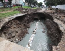 Hundimiento en la colonia Pablo Sexto, en Mixco. (Foto Prensa Libre: Erick Ávila)