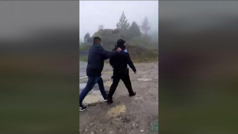 Dos agentes de la PNC son agredidos por supuestos coyotes en San Pedro Soloma, Huehuetenango. (Foto Prensa Libre: Twitter)