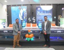 Jonathan Soto gerente de ventas Guatemala y El Salvador de Grupo Diveco y Edgar Salguero, gerente general de La Colchonería. Foto Prensa Libre: Norvin Mendoza.
