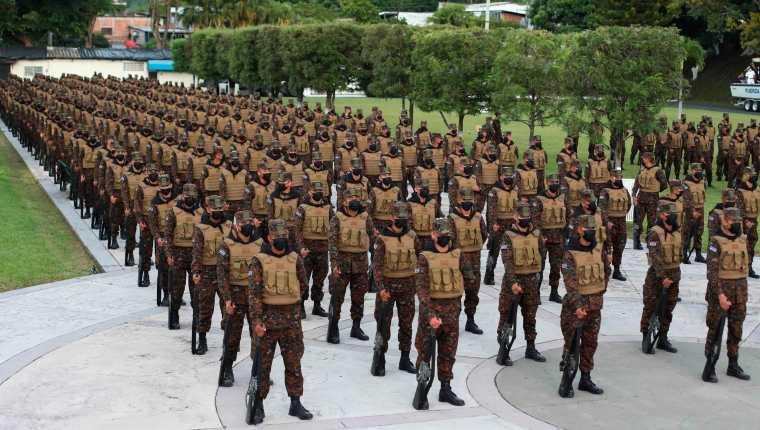Un grupo de mil 46 militares fueron incorporados este lunes a un plan de seguridad contra las pandillas, con lo que suman más de 10 mil elementos de la Fuerza Armada desplegados en todo El Salvador, de los 20 mil 200 soldados activos. (Foto Prensa Libre: EFE)