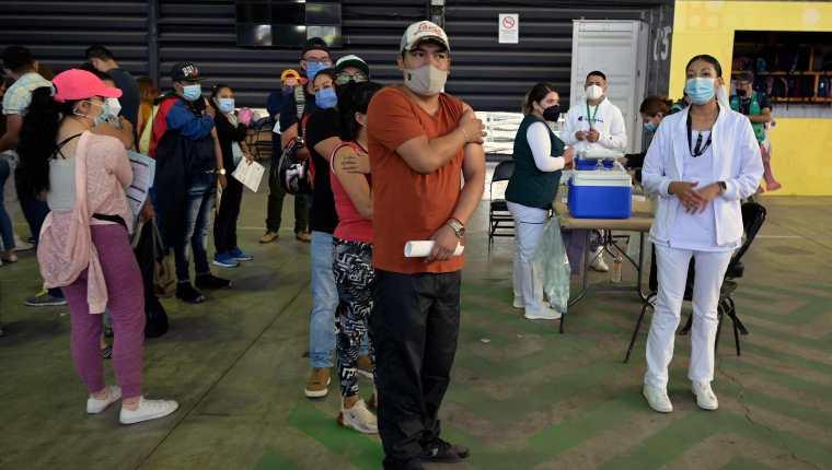 La Ciudad de México elevó el nivel de alerta sanitaria por casos de coronavirus mientras continúa con el proceso de vacunación de su población. (Foto Prensa Libre: AFP)