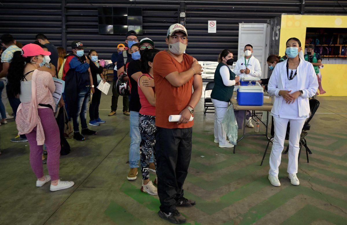 Ciudad de México llama a sus jóvenes de 18 a 29 años para vacunarse contra el coronavirus y frenar el repunte de casos