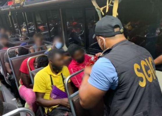 Interceptan furgón que trasladaba a más de 100 migrantes de distintas nacionalidades y capturan a piloto